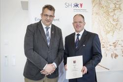 Innenminister Stefan Studt überreicht die Sportverdienstnadel des Landes Schleswig-Holstein an Olaf Seiler